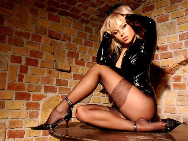 Блондинка в чулках Эротические и развратные фотографии девушек.